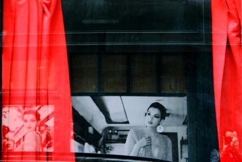 Entre rideaux rouges